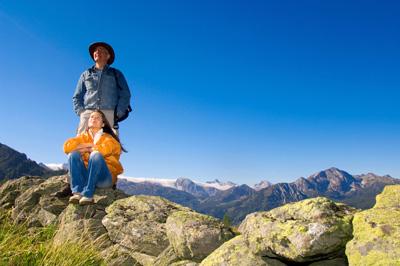 couple-sitting-mountain
